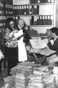 Arxiu Històric d´Eivissa. El mallorquí Jaume Lladó organitza el fons documental. Anys setanta. Foto: Ajuntament d´Eivissa.