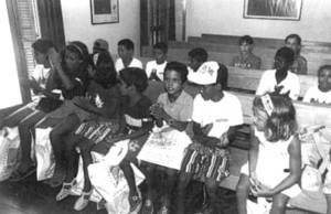 L´Associació d´Amics del Poble Saharià organitza visites d´al·lots d´aquest poble a les Pitiüses. A la imatge, un grup de nens saharians a l´Ajuntament de Formentera. Foto: Carmelo Convalia / <em>Diario de Ibiza</em>.