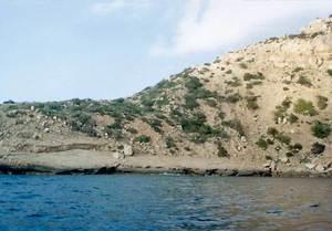 S´Assolellador, a la part de ponent de la punta de ses Torretes, a la costa de Corona. Foto: Enric Ribes i Marí.
