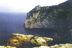 Vista de ses Balandres des de la penya Esbarrada, a la costa de Corona. Foto: Enric Ribes i Marí.