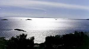 Mar Balear. La mar entre Eivissa i Formentera, amb es Freus al fons. Foto: Rosa Vallès Costa.