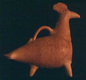 <em>Askos</em> zoomorf que representa un gall, amb una inscripció púnica pintada. Procedeix de can Berri d´en Sergent. Foto: cortesia del Museu Arqueològic d´Eivissa.