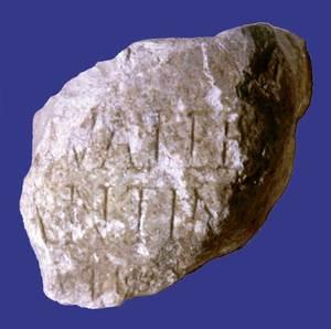 Can Bossa. El fragment de làpida amb dedicatòria a Constantí I (307-337 dC.). Foto: Joan Ramon Torres.