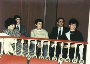 Catalina Bufí Juan, primera per la dreta, acompanyada per la família en la celebració del seu acte d´homenatge, al teatre Pereira el 29 d´octubre de 1984.