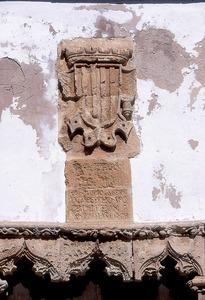 Detall de l´escut i la inscripció que presideix la porta-finestra de la Cúria. Foto: Vicent Marí.