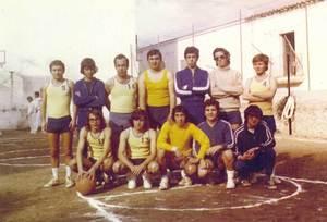 """Ca Nostra. Un dels equips de bàsquet de 1972. D´esquerra a dreta i de dalt a baix: Migue, Cabrales, Ignasi, Pep des Músic, Kiko, Paco """"Kamakura"""", Juli Blasco, Aurelio, Vicent Ribas, Juan Pérez, José Luis i Pepe """"Crack""""."""