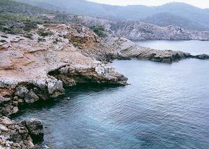 Al fons de la imatge, darrere la punta Negra, el caló des Cabdells. Foto: Enric Ribes i Marí.
