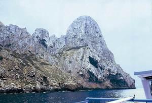 A la dreta de la imatge, la punta des Cagador, a l´illa des Vedrà. Foto: Enric Ribes i Marí.