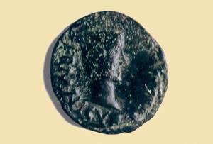 Anvers d´un semis de bronze amb el bust de l´emperador Cai Juli Cèsar Germànic Calígula, encunyat a la seca d´Ebusus. Foto: A. Chastel / arxiu del Museu Arqueològic d´Eivissa.