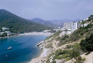 Vénda de Cala Llonga. Vista de la cala amb instal·lacions hoteleres. Foto: Josep Antoni Prats Serra / Enric Ribes i Marí.