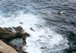 Sa Caldera i l´escull de sa Caldera, a la costa de Sant Joan de Labritja. Foto: Enric Ribes i Marí.