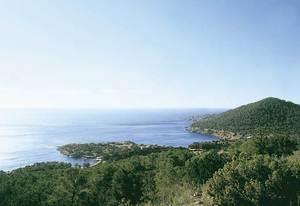 Sa Caleta: la península on es troba l´establiment fenici i, a la dreta, el puig des Jondal. Foto: Joan Ramon Torres.
