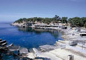 Sa Caleta. El port actual a la desembocadura del torrent (en època fenícia, el mateix port ocupava una posició lleugerament més interior). Foto: Joan Ramon Torres.
