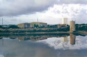 La torre de Can Castelló, antic molí d´en Ferrer, vora els estanys d´en Marroig de Formentera. Foto: Enric Ribes i Marí.