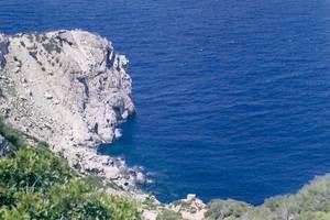 El racó des Cap Negret, just vora l´extrem N d´aquest cap, a la costa de Corona. Foto: Enric Ribes i Marí.