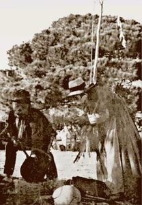 """Carnaval. Fotografia antiga de dues persones emmariol·lades. Extret d´<em><span style=""""text-decoration: underline;""""></span>Historia de Ibiza </em>/ Isidor Macabich Llobet."""
