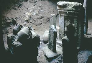 Cartago. <em>Tophet</em> de Salamb&oacute;. Esteles i gerres p&uacute;niques (utilitzades per contenir cad&agrave;vers infantils incinerats) sota una volta d&rsquo;&egrave;poca imperial. Foto: Joan Ramon Torres.