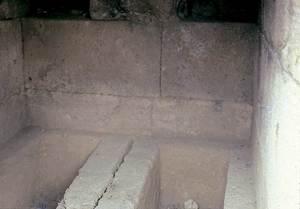Cartago. Sarcòfags a l´interior d´una tomba construïda amb carreus d´arenisca (necròpolis de Byrsa, s. VI aC.). Foto: Joan Ramon Torres.