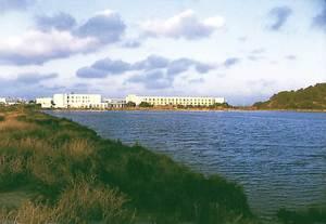 Vénda de Cas Costes. Edificacions turístiques vora els estanys de sa Sal Rossa, al S de la platja d´en Bossa. Foto: Josep Antoni Prats Serra / Enric Ribes i Marí.