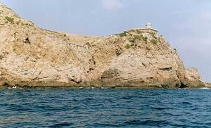 A l´esquerra del far de la punta Grossa encara es poden veure les restes de sa Casassa. Foto: Enric Ribes i Marí.