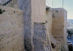 Es Castell. Les torres II i III, un retorn fugaç a la imatge del castell medieval, abans de la construcció de la nova escala. Foto: Rosa Gurrea Barricarte / Joan Ramon Torres.