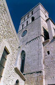 Catedral d´Eivissa. Façana nord del campanar; la torre s´aixeca sobre la capella de Sant Pere i Sant Pau. Foto: Rosa Gurrea Barricarte / Joan Ramon Torres.
