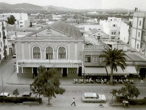 Exterior del Cinema Serra abans de la reforma dels anys seixanta. Foto: arxiu Raymar.
