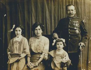 Josep Clapés i Juan amb la seua muller i les dues filles.