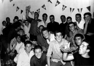 Dia de la inauguració del local del Club Recreatiu Juvenil; al centre de la imatge hi ha mossèn Joan Marí Cardona i mossèn Joan Riera Bonet. Foto: cortesia de Joan Ribas Cuenca.