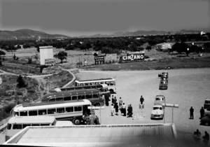 Els autobusos esperen a l´aparcament de l´aeroport des Codolar. Eren els anys seixanta del s. XX. Foto: cortesia de Jordi Grünwald.