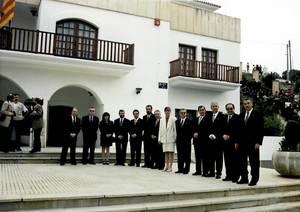El president, Antoni Marí Calbet, i els consellers de la tercera legislatura del Consell Insular d´Eivissa i Formentera esperant l´arribada de SM Joan Carles I durant la visita que el monarca va fer a les Pitiüses l´any 1994.