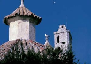 La cúpula de la capella de la Mare de Déu del Roser del Convent; al fons, el campanar de la Catedral.