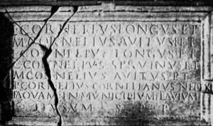 Inscripció llatina dedicada a un membre de la família Cornèlia. Extret d´<em>Epigrafía romana de Ebusus</em><em>.</em>