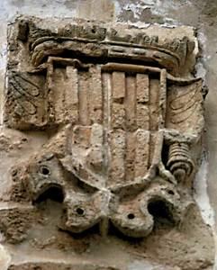 Escut de la Corona d´Aragó; està esculpit en pedra i presideix la porta de la Cúria. Foto: Ernest Prats Garcia.