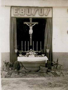 La capelleta que s´aixecava davant la societat Ebusus amb motiu de la processó del Corpus Christi. Foto: arxiu de Neus Riera Balanzat.