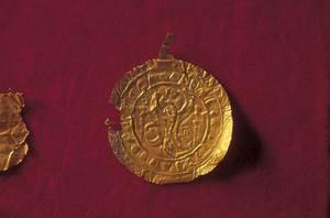 Un medalló d´or trobat a la cova des Culleram. Foto: Joan Ramon Torres.