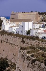 Les murades renaixentistes, obra iniciada a mitjan s. XVI, encerclen i defineixen Dalt Vila. Baluards de San Pere o del Portal Nou i de Santa Llúcia. Foto: Vicent Marí.
