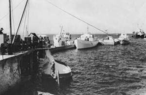 La <em>Damiana Sanz</em>, al centre, atracada al port de la Savina de Formentera.