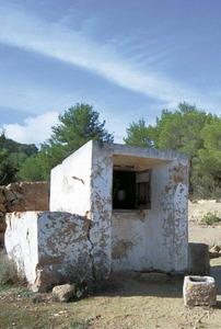 Un aljub de la vénda de Dellà Torrent. L´aljub és la manera tradicional de guardar l´aigua de pluja recollida d´una placeta o del sòl. Aquesta aigua s´acostuma a utilitzar per regar i sobretot per abeurar els animals.