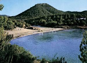 El puig de sa Descoberta, vist des de la platja de Portinatx.