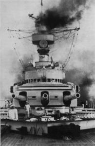 El <em>Deutschland</em>, amb la seua torre triple de proa, amb canons de 280 mm. Foto: Prager, H. G. <em>Panzerschiff Deutschland...</em> 1981.