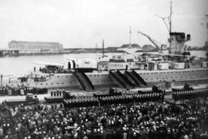 La tripulació del <em>Deutschland</em>, formada sobre les andanes, a punt d´embarcar. Foto: Prager, H. G. <em>Panzerschiff Deutschland...</em> 1981.