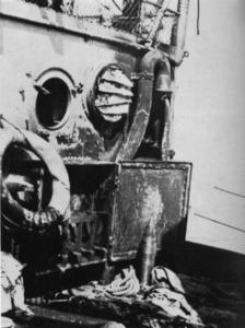 Un detall del <em>Deutschland</em> amb un dels projectils que no va explosionar durant el bombardeig del 29 de maig de 1937, quan el vaixell alemany era fondejat a l´avantport d´Eivissa. Foto: Prager, H. G. <em>Panzerschiff Deutschland...</em> 1981.