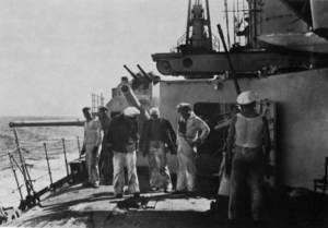 Mariners i oficials del<em> Deutschland</em> examinant els danys causats pel bombardeig de l´aviació republicana espanyola. Foto: Prager, H. G. <em>Panzerschiff Deutschland...</em> 1981.