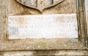 Una làpida del Castell d´Eivissa manada fer per Joan Antoni Deví, que presideix l´entrada de la sala de les voltes. Foto: Joan Ramon Torres.