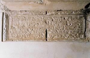 Una altra làpida manada fer per Joan Antoni Deví, que presideix l´entrada del pis de la sala de les voltes del Castell d´Eivissa. Foto: Joan Ramon Torres.