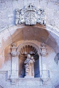 Part superior de l´entrada de la catedral de la Diòcesi d´Eivissa. La imatge de santa Maria és de l´any 1956, de marbre blanc, obra del català Ignasi Gil. Foto: Vicent Marí.
