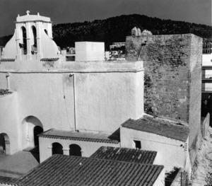 Campanar i torre de l´església de Sant Antoni, un dels temples més antics de la Diòcesi d´Eivissa. Foto: Josep Buil Mayral.