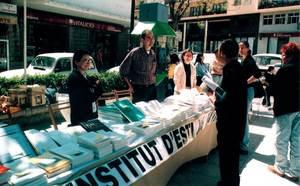 """La parada de llibres de l´Institut d´Estudis Eivissencs el Dia del Llibre. Foto: Vicent Ribas """"Trull""""."""
