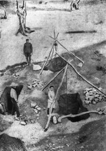 Imatge d´unes excavacions realitzades a principi del s. XX al puig des Molins; a causa d´un error de lectura del text de Diodor de Sicília aquesta necròpolis és anomenada a les primeres publicacions sobre arqueologia eivissenca, necròpolis d´Ereso, en comptes d´Ebeso.